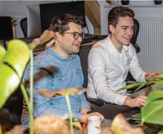 2 knappe medewerkers van providers.nl die je op abonnementen laten besparen
