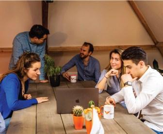Het Providers.nl team druk bezig met overleg om eerlijker te vergelijken